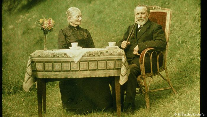 Man and woman sitting at a table on the grass, early example of color photography, Copyright: Bildarchiv Koshofer