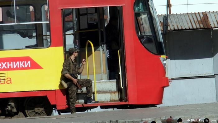 Общественный транспорт и вооруженные люди в Донецке