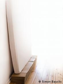 Eine Matratze lehnt an der Wand (Foto: Simon Baucks)
