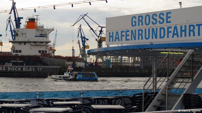 Hamburger Hafen mit Schild Große Hafenrundfahrt