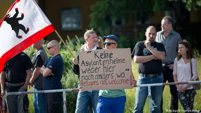 Demonstranten mit Plakat gegen Flüchtlingsheim in Berlin (04.06.2014) (Foto: dpa)