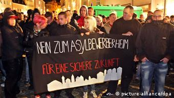 Demonstranten in Schneeberg mit einem Plakat 'Nein zum Asylbewerberheime' (Foto: dpa)