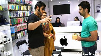 Apple-Produkte im Iran - Customers visit an unlicensed Apple store on June 2, 2014 in Isfahan, Iran. Isfahan, with it's immense mosques, picturesque bridges and ancient historic bazaar, is a virtual living museum of Iranian traditional culture, and is Iran's top tourist destination. On June 4, Iran marks the 25th anniversary of the death of the Ayatollah Khomeini and his legacy of the Islamic Revolution. (Photo by John Moore/Getty Images)