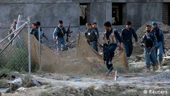 Afghanische Sicherheitskräfte nach der Ausschaltung von Taliban-Kämpfern am Kabuler Flughafen (Foto: Reuters)