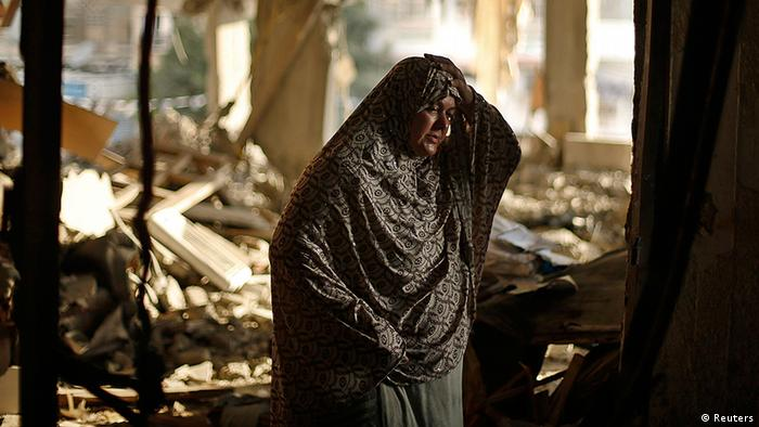 Eine palästinensische Frau zwischen Trümmern (Foto: Reuters)
