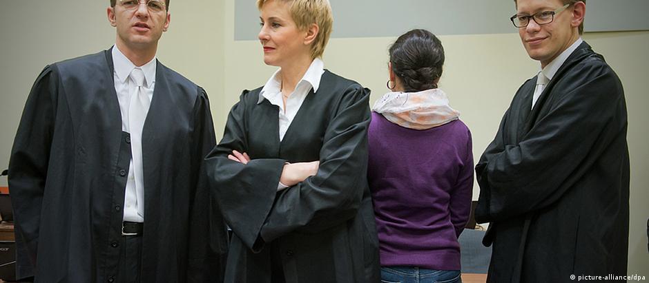 Wolfgang Stahl (e), Anja Sturm e Wolfgang Heer. Ao fundo e de costas, Beate Zschäpe