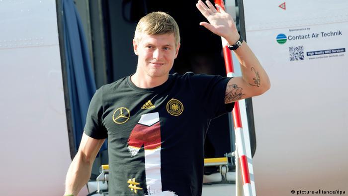 Toni Kroos gets out of a plane in Munich after winning the World Cup