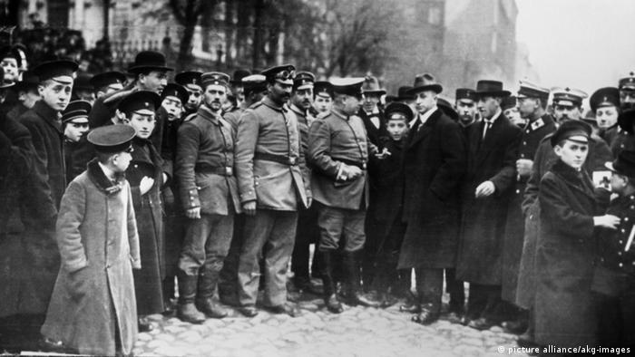 Еврейские солдаты немецкой армии перед синагогой в Лодзи в 1915 году