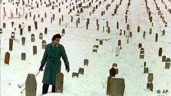 Ein Mann besucht den Friedhof in Sarajevo in Bosnien-Herzegowina, auf dem seine beiden Söhne beerdigt sind, die am Beginn des Krieges 1992 getötet wurden (Foto: AP)