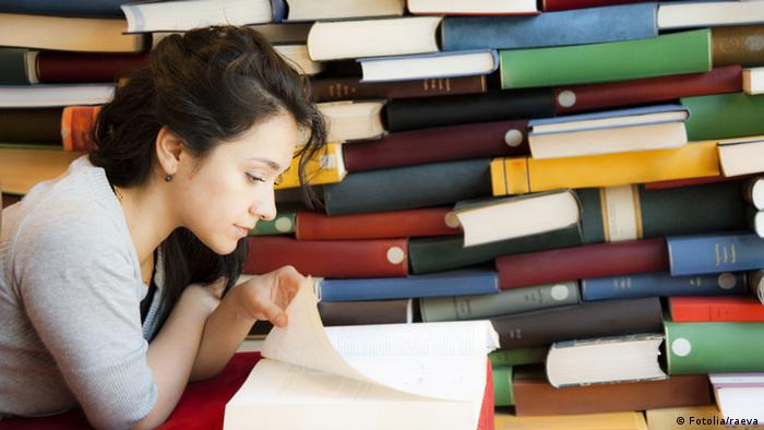 Young woman reading a book, Copyright: Fotolia/raeva