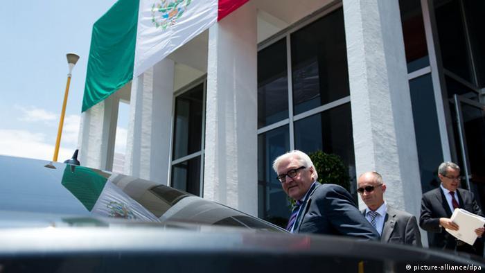 Außenminister Steinmeier steigt auf dem Flughafen von Mexiko-Stadt in eine bereitstehende Limousine (Foto: dpa)