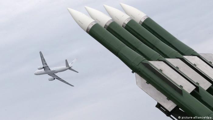 Ракетная установка и самолет в небе