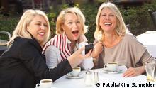63356276 - Freundinnen in der Stadt Kaffee trinken © Kim Schneider