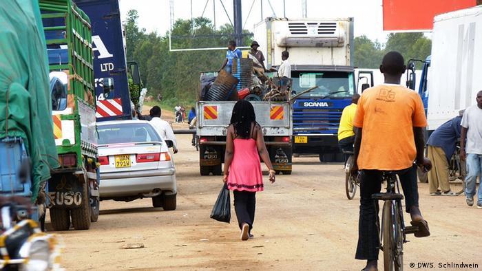 East African Highway Grenzpfosten und Prostitution (Foto: Simone Schlindwein)