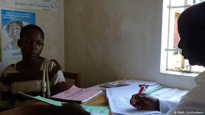 Judith Nakato bei der Untersuchung (Foto: Simone Schlindwein)