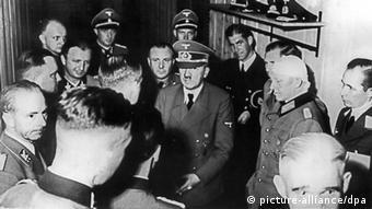 Ο Χίτλερ με έμπιστους αξιωματικούς- ένας από αυτούς έχει τραυματιστεί στο κεφάλι- λίγο μετά την αποτυχημένη απόπειρα εναντίον του.