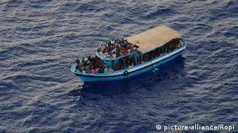 A boat crowded with people in the middle of the sea (Foto: picture-alliance/Ropi)