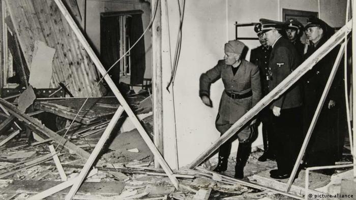 .Когато пристигнах там, видях Хитлер, който със спокойна усмивка ми каза: Линге, някой се опита да ме убие. Думи на Хайнц Линге, прислужник на Адолф Хитлер. На снимката: Хитлер след опита за атентат срещу него през 1944 година.