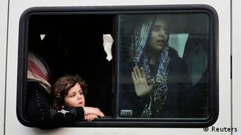 A woman and a girl in a half open bus window (Foto: Finbarr O'Reilly REUTERS )