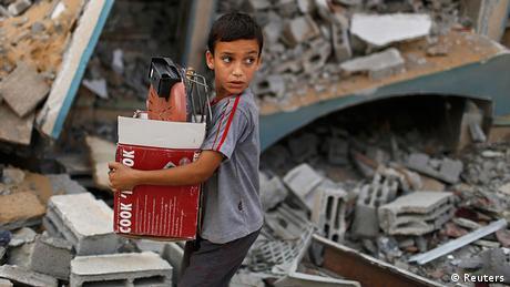 Mališan bježi kroz ratne ruševine