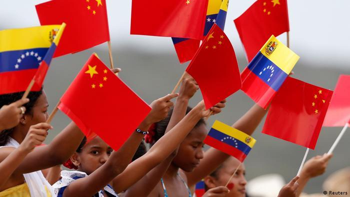 Венецуелски деца развяват китайския флаг