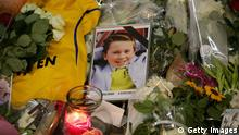 Bildunterschrift:AMSTERDAM, NETHERLANDS - JULY 20: A photograph of a young boy lies amongst tributes at the entrance to Schiphol Airport which has grown into a sea of flowers in memory of the victims of Malaysia Airlines flight MH17 on July 20, 2014 in Amsterdam, Netherlands. Malaysian Airlines flight MH17 was travelling from Amsterdam to Kuala Lumpur when it crashed killing all 298 on board including 80 children. The aircraft was allegedly shot down by a missile and investigations continue over the perpetrators of the attack. (Photo by Christopher Furlong/Getty Images)