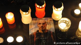 Mourning Robert Enke's passing (picture-alliance/dpa)