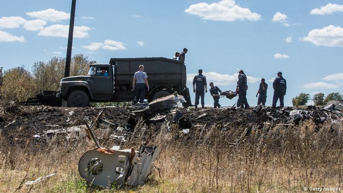 Сотрудники МЧС грузят тела погибших