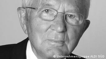 O Kαρλ Άλμπρεχτ γεννήθηκε στις 20 Φεβρουαρίου του 1920 στο Έσσεν