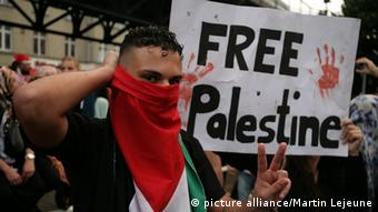 Anti-Israel protestors in Berlin with signs. (Photo: picture alliance/ Martin Lejeune)