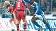 Gerald Asamoa jubelt nach einem erzielten Tor. Asamoa spielt seit 1999 für den FC Schalke. Undatierte Aufnahme, 2005