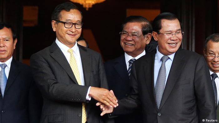 Kambodscha Sam Rainsy und Premier Minister Hun Sen geben sich die Hand 22. Juli 2014