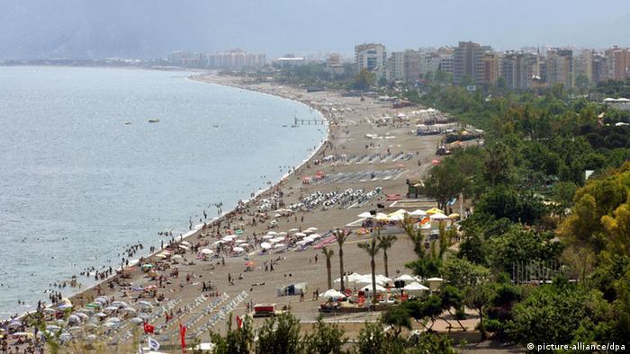 In der türkischen Küstenmetropole Antalya hat die Luftqualität ebenso schlechte Werte. Verantwortlich sind dafür unter anderem eines der dichtesten Verkehrsnetze im Land sowie die hohe Anzahl an Busverbindungen in alle Teile des Landes. Auch der rege Schiffsverkehr der Hafenstadt sorgt für große Schadstoff-Ausstöße.