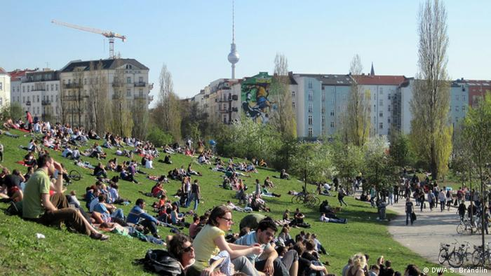 Berlin residents hanging out at Mauerpark on a Sunday afternoon, Copyright: DW / Anne-Sophie Brändlin