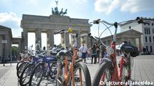 Fahrräder stehen am Mittwoch (04.07.2012) vor dem Brandenburger Tor in Berlin. Touristen nutzen das schöne Wetter für einen Stadtrundgang durch Berlin. Das Wetter in den kommenden Tagen erstreckt sich von Sonnenschein bis hin zu Wärmegewittern. Foto: Markus Heine dpa/lbn +++(c) dpa - Bildfunk+++