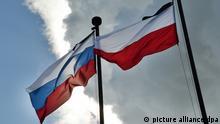 Die Flaggen Polens und Russlands wehen am 02.08.2010 vor der Gedenkstätte Katyn bei Smolensk (Russland). In Katyn wurden während des Zweiten Weltkriegs mehr als 4000 polnische Offiziere und Angehörige der Intelligenz erschossen. Insgesamt fielen den Massenmorden mehr als 24 000 Polen zum Opfer. Foto: Uwe Zucchi dpa pixel