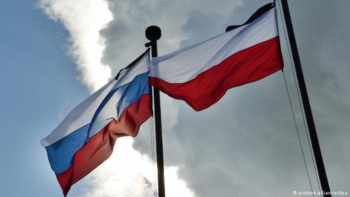 Флаги России и Польши в мемориальном комплексе Катынь