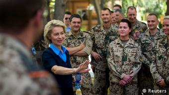 Verteidigungsministerin von der Leyen im Juli 2014 zu Besuch im ISAF-Hauptquartier in Kabul gemeinsam mit Bundeswehrsoldaten (Foto: REUTERS/Thomas Peter)