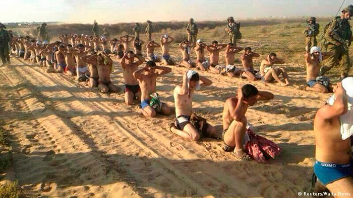 Palestinos arrestados durante redadas del Ejército israelí el 23 de julio de 2014.