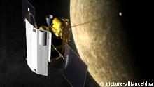 JAHRESRÜCKBLICK 2011 - Die Zeichnung zeigt den Vorbeiflug der Raumsonde Messenger am Merkur (undatierte Illustration). Premiere im All: Zum ersten Mal in der Geschichte der Astronomie umkreist eine Sonde den Planeten Merkur. Nach einer rund 7,9 Milliarden Kilometer langen Reise trat das Nasa-Raumfahrzeug «Messenger» in der Nacht zum Freitag in einen elliptischen Orbit ein. Foto: NASA/Johns Hopkins University Applied Physics Laboratory/Carnegie Institution of Washington +++(c) dpa - Bildfunk+++