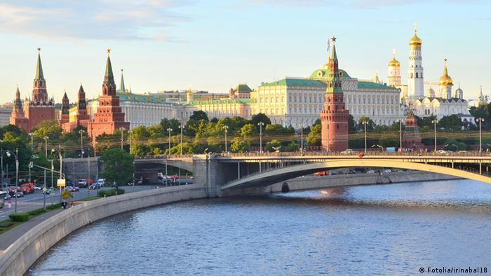 Закат в Москве, Кремль, Москва-река и автомобили на набережной