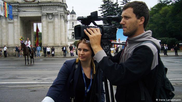 Журналисты с камерой на площади в центре Кишинева