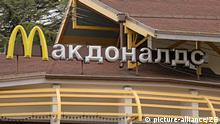 Mit kyrillischen Buchstaben steht McDonalds über einer Filiale der amerikanischen Fastfood-Kette McDonalds am 05.02.2013 in Sotschi. In dem russischen Schwarzmeerkurort finden 2014 die Olympischen Winterspiele statt. Foto: Jan Woitas