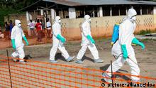 epa04332724 A photograph made available 27 July 2014 shows Liberian health workers in protective gear on the way to bury a woman who died of the Ebola virus from the isolation unit in Foya, Lofa County, Liberia, 02 July 2014. Over 660 people have died of Ebola in West Africa in 2014 making it the world's deadliest outbreak to date. Nigerian authorities have confirmed the death of a Liberian man who was carrying the Ebola virus making it the first case in Nigeria following the outbreak in Guinea, Sierra Leone and Liberia. EPA/AHMED JALLANZO +++(c) dpa - Bildfunk+++