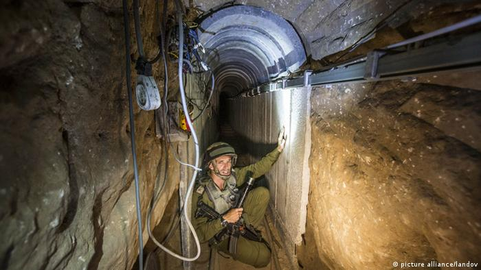 Israelischer Soldat im Tunnel (Foto: picture alliance/landov)