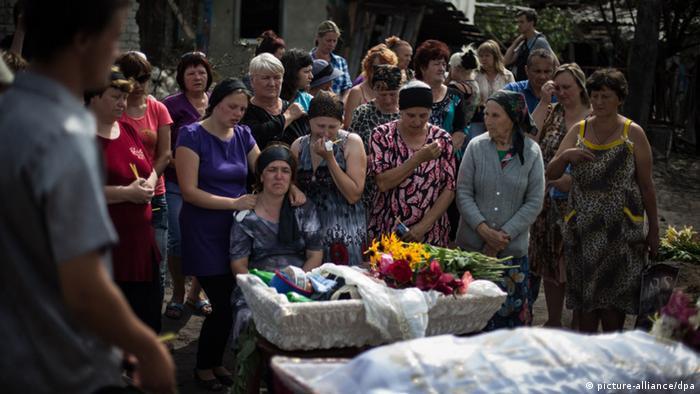 Nach einem Luftangriff der ukrainischen Armee betrauern die Menschen in der Region Lugansk ihre Toten.