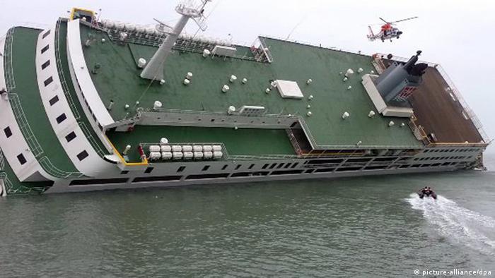 South Korea raises sunken Sewol disaster ferry | News | DW | 23.03 ...