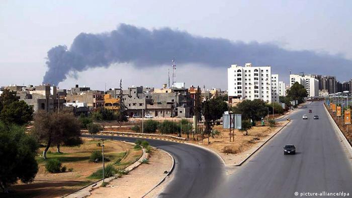 Tripolis Treibstoff Tanks in Brand Raketenbeschuss Rakete Libyen