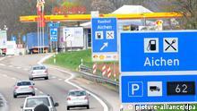 Auf einer Tafel wird am Dienstag (12.04.2011) auf der Autobahn A8 München- Stuttgart an der Raststätte Aichen bei Nellingen (Alb- Donau- Kreis) die Zahl der freien Lastwagenparkplätze angezeigt. Die Tankstelle gewann einen ADAC- Test, in dem Autobahntankstellen verglichen wurden. Foto: Stefan Puchner dpa/lsw