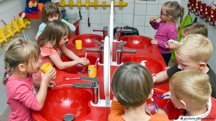 In einem Kindergarten putzen sich Kinder die Zähne